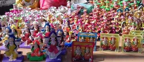 Buy Diwali diyas from roadside-Appreciate the hard work