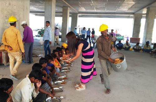 हनुमान जन्मोत्सव पर श्रमिको को कराया भोजन