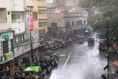 पांच मिनट की हलकी बारिश ने मौसम खुशगवार किया