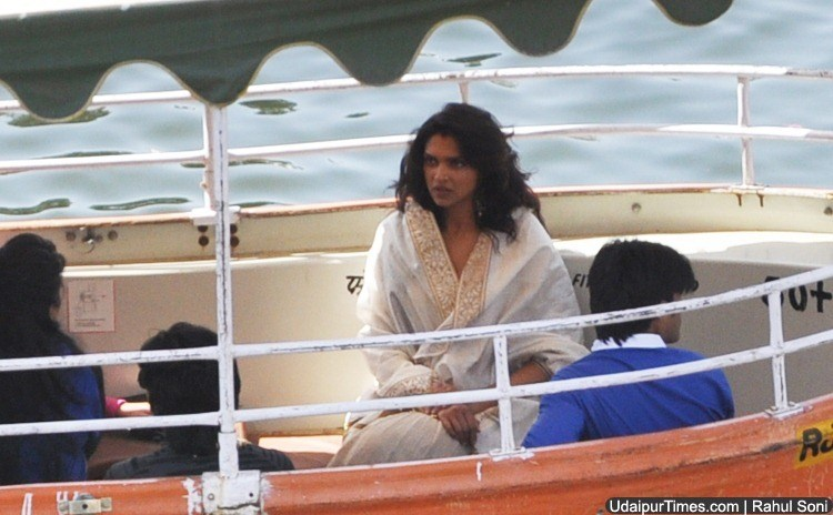 [Photos] Deepika Padukone Spotted! in Ram Leela shoot at Lake Pichola