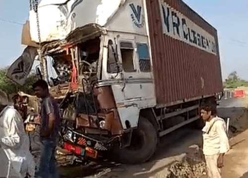Trailer rams into truck at Bhatewar | 1 hour traffic jam