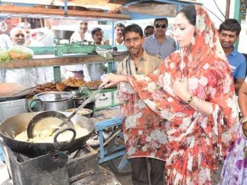 Rajsamand BJP Candidate fries Pakoda for campaigning