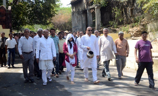 Jagat Mehta's Funeral: Hundreds gather to pay last respects