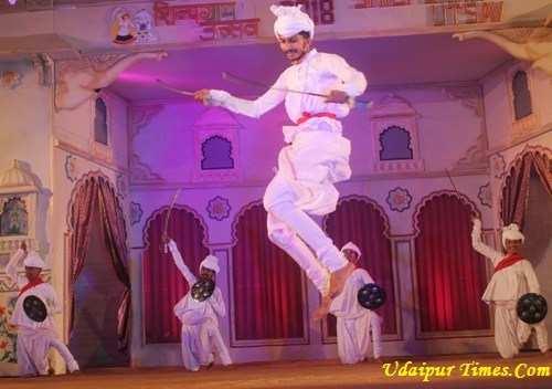 रंगमंच पर राठवा आदिवासियों, सहरिया कलाकारों ने रिझाया तो ढाल तलवार में झलका शौर्य