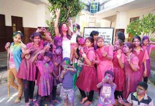 विकलांग व अनाथ बच्चों के साथ खेली होली